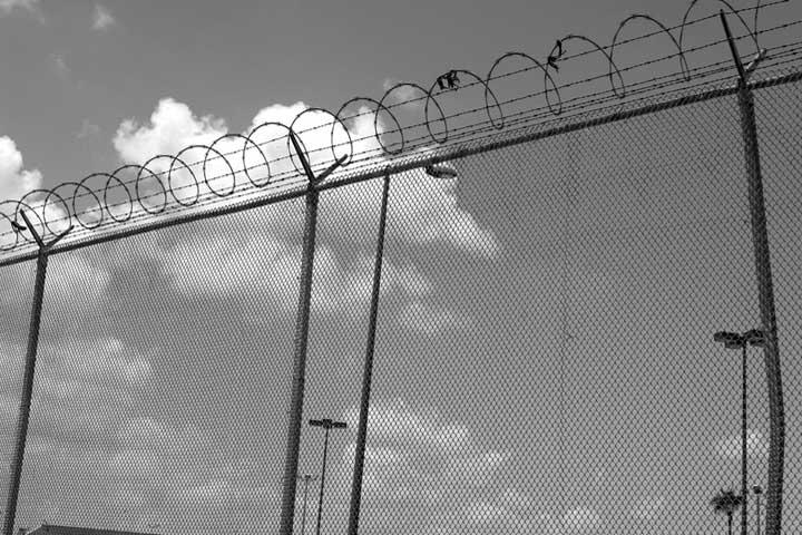 The  security fences  at this border crossing don't stop unauthorized immigration. Copyright © Donna DeCesare, 2007Las cercas en este cruce fronterizo no paran la inmigración no autorizada. © Donna DeCesare, 2007
