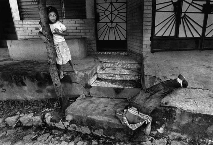 In the 1980s El Salvador had one of our hemisphere's worst human rights records. Copyright © Donna DeCesare, 1989 En la década de 1980 El Salvador tuvo uno de los peores registros de derechos humanos en el hemisferio. © Donna DeCesare, 1989
