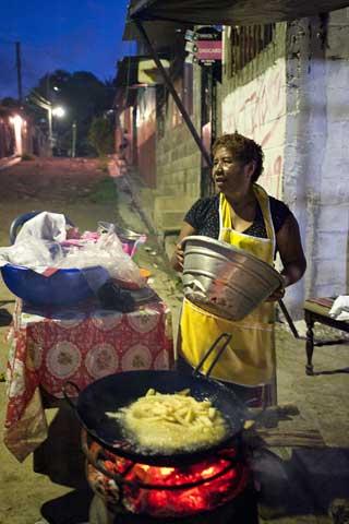 Every afternoon Elena fries Yuca and potatoes on the street in passageway number three in Sierra Alta. Copyright © Donna DeCesare, 2009Cada tarde, Elena freirá yuca o papas en la calle en el Pasaje Tres de Sierra Alta.  © Donna DeCesare, 2009