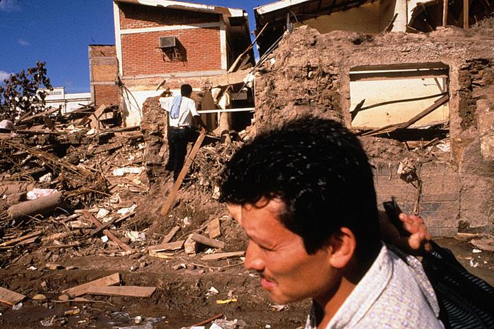 Tegucigalpa, Honduras one month after the devastation of Hurricane Mitch. Copyright © Donna De Cesare.Tegucigalpa, Honduras, un mes después del devastador Huracán Mitch. Derechos Reservados © Donna De Cesare.
