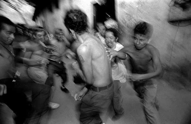 New Mara Salvatrucha members are initiated in a ritual beating in San Salvador, El Salvador. Copyright © Donna DeCesare, 1994Nuevos miembros de la Mara Salvatrucha son iniciados en un ritual de golpes en San Salvador, El Salvador. Copyright © Donna DeCesare, 1994