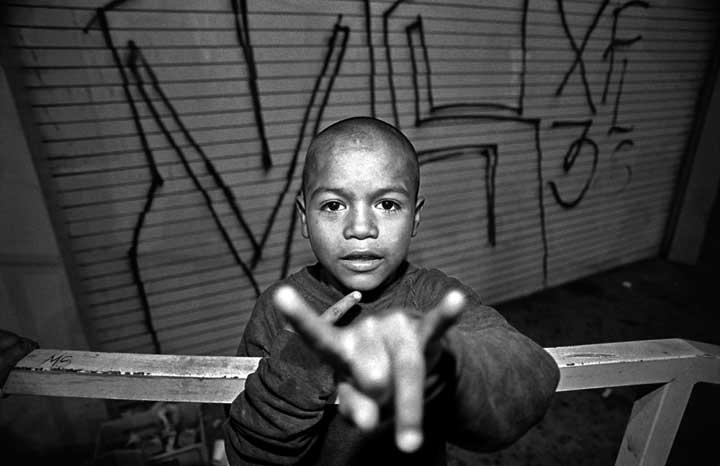 Mara Salvatrucha youths tag their territory with graffiti, Los Angeles, US. Copyright © Donna De Cesare.Jóvenes de la Mara Salvatrucha marcan su territorio con graffiti, Los Ángeles, EE UU. Derechos reservados || Donna De Cesare.