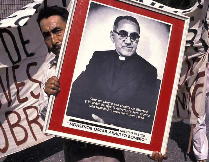 On the anniversary of the assassination of Archbishop Romero Salvadoran's remember the priest who was martyred for defending the rights of the poor. Copyright © Donna DeCesare, 1988.En el aniversario del asesinato del arzobispo Romero los salvadoreños recuerdan al padre que fue martirizado por defender los derechos de los pobres. Copyright © Donna DeCesare, 1988.